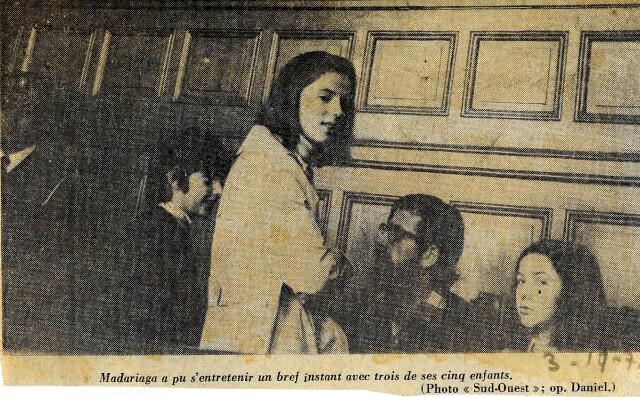 Au tribunal de Bayonne lors de son procès de novembre 1972, Iulen Madariaga peut s'entretenir un bref instant avec trois de ses enfants (photo Daniel Velez).