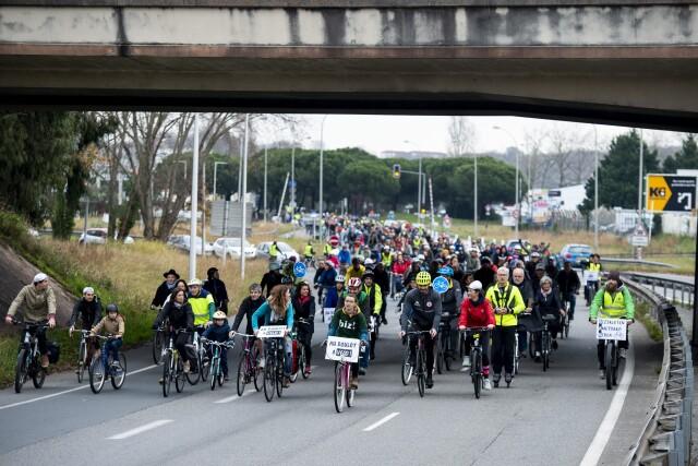 A l appel de Bizi, 433 cyclistes roulent pendant 2 heures sur le boulevard du BAB interdit au vélo.