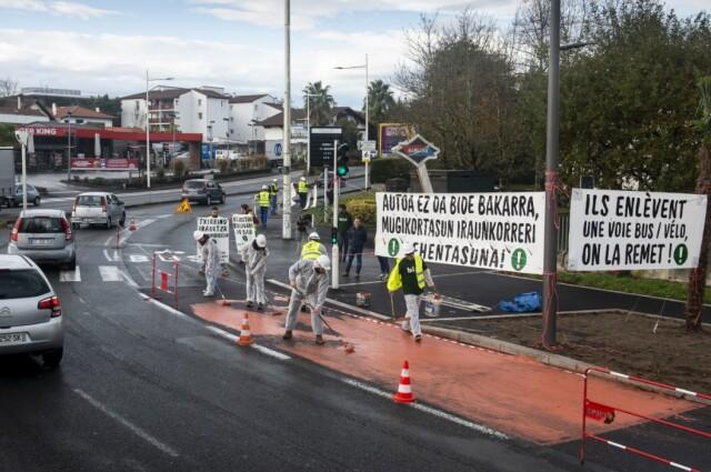 Une des multiples actions de Bizi : repeindre une voie de bus-vélo qui avait été supprimée sur l'avenue Soult à Bayonne