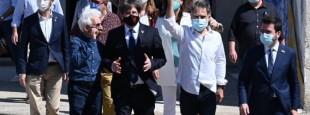 Pour fêter les 60 ans d'Omnium, les dirigeants catalans exilés et ceux qui viennent de sortir de prison se sont retrouvés à Elne, en Catalogne-Nord. Jordi Cuixart salue les invités, aux côtés de Pere Aragonès, Carles Puigdemont et Pere Manzanares.