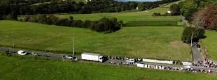 Vue aérienne de la mobilisation sur les lieux de la future zone constructible (Marienia, Cambo-les-Bains)