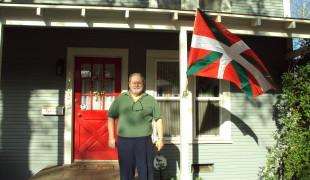 Jim Jacob, devant sa maison à Chico en Californie, Aberri Eguna, 2010
